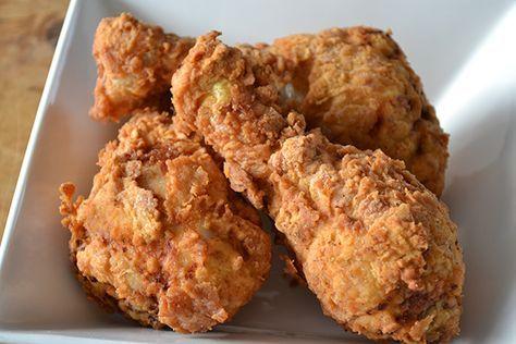 In Fastfood Friday maak ik bekende fastfoodgerechten van diverse ketens na. Dit keer is het de beurt aan KFC krokante drumsticks.