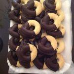 Biscotti al burro ricoperti di cioccolato fondente