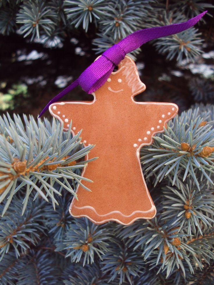 Vánoční+perníček+-+ANDĚLÍČEK+Dekorační+výrobek+poslouží+jako+dekorace+na+vánoční+stromeček+nebo+adventní+věnec.+Či+dozdobí+každou+vánoční+dekoraci+ať+na+stole+nebo+okenním+parapetu.+Barva+stužek+červená+tmavě+modrá+fialová+Velikost:+výška+6+cm++šířka+5+cm