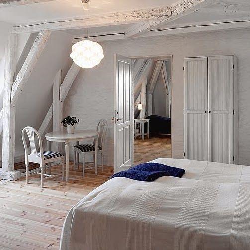 Kallholmens möbler på Ludvigsbergs Herrgård. Stolen Hildur och Prästgården klädskåp.