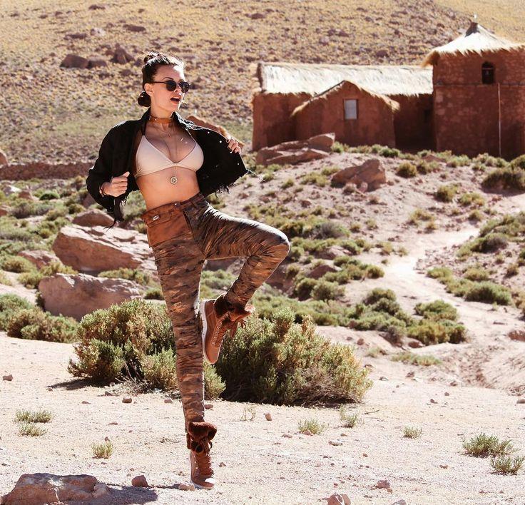 A pochete do Birô em Atacama, Chile com a fashion influencer Nicole Bernardes