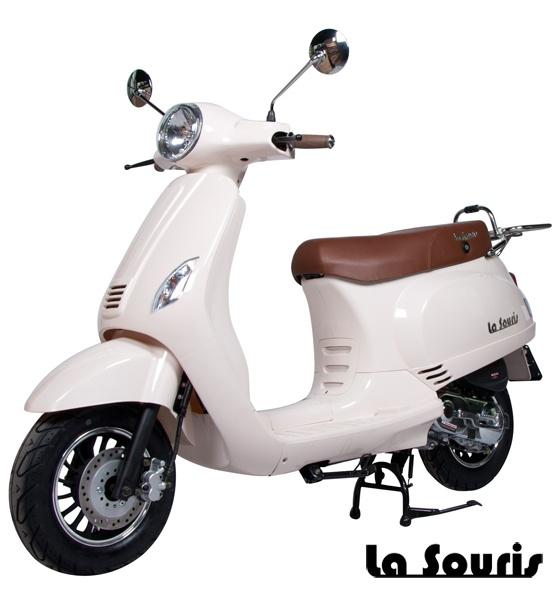 De Vespelini Scooter Wit is voorzien van een halogeen koplamp, geïntegreerde knipperlichten en Led Remlicht. Dit model lijkt veel op de Vespa LX. De scooter wordt geleverd met een gratis chromen bagagerek, t.w.v. € 60,00.