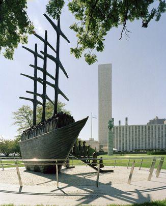 La sculpture « Arrivée », créé par John Behan, est un cadeau du peuple de l'#Irlande auprès des Nations Unies. Il a été présenté le 1er décembre 2000, et célèbre la contribution du peuple irlandais dans leur nouvelle vie parmi les nations du monde. Il est situé dans le jardin nord du Siège des Nations Unies.