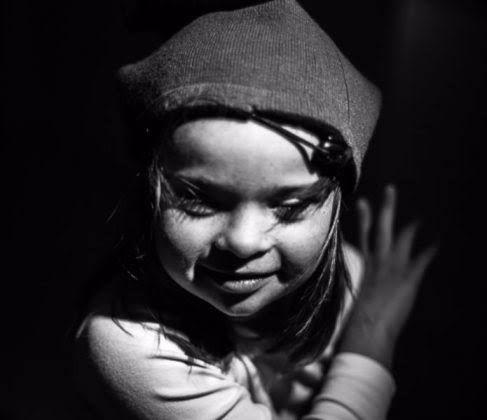 Au détour d'une séance photo improvisée, Séverine Galus photographie sa fille Sidonie, 8 ans, atteinte de trisomie 21. Des clichés pétillants et superbes !