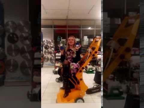 Алена поет и танцует с шлифовальным инструментом