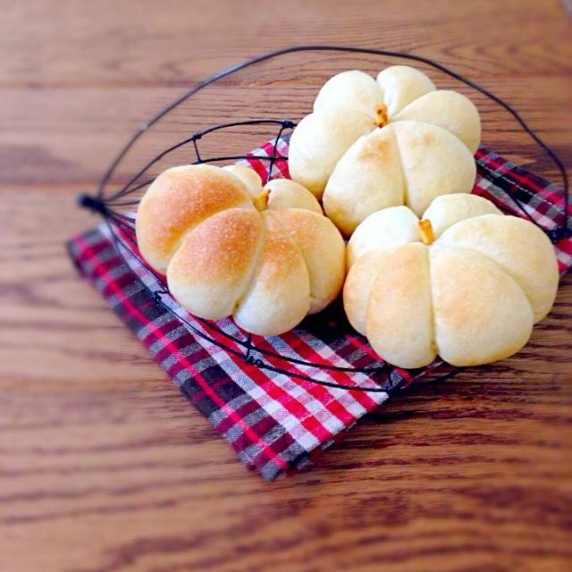 人気パンブロガーさんが紹介されてた、かぼちゃ型のパン☆ 見た目が可愛くて一目惚れして、 作ってみました。  本当は、生地は深緑、中にはかぼちゃ餡が入ったレシピなんですが、 家に何も無く… なので、 生地→さつまいもを練り込み 中身→白あん  で、見た目とは全く関係ない味のパンが出来上がりました(((;꒪ꈊ꒪;))) - 228件のもぐもぐ - かぼちゃパン by どんママ