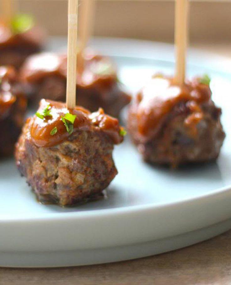 Deze gehaktballetjes met satésaus zijn heerlijk voor een tapasavond of voor een avondje met vrienden. Het is een makkelijk recept, maar o zo lekker! Je kunt de gehaktballetjes prima van tevoren bereiden, want ook koud zijn ze erg smakelijk. Recept…