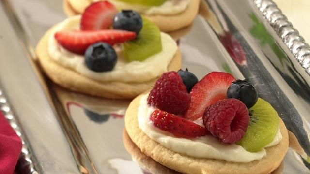 Mini fruit pizza: Cookies Dough, Fruitpizza, Sugar Cookies, Cookies Desserts, Minis Fruit Pizza, Cookies Fruit, Bridal Shower, Fruit Tarts, Cream Chee