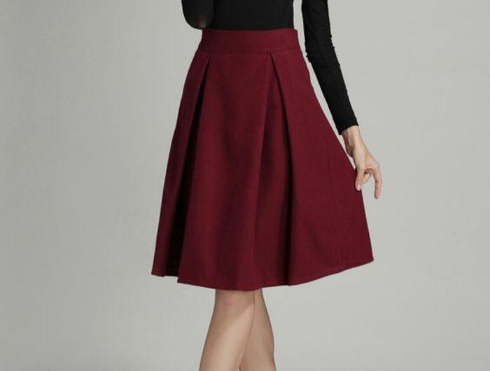 jupe forme trapèze en couleur vin avec blouse noire manches longues