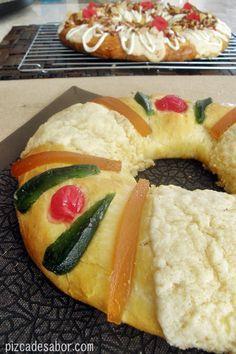 Aprende a cocinar la deliciosa y tradicional Rosca de Reyes con fotos paso a paso. Acompáñala con un café de olla, chocolate caliente o un rico atole.