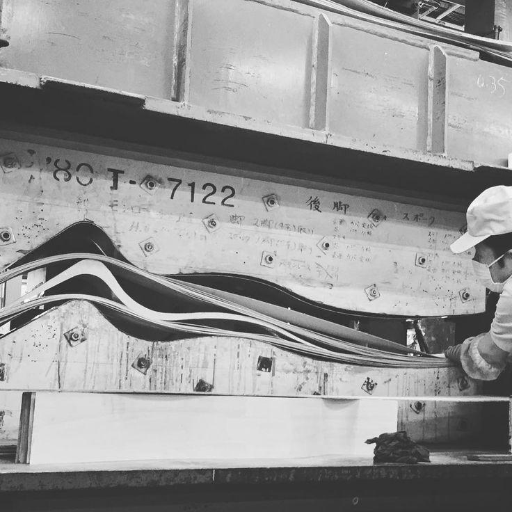 うねるような特徴的な曲線、建築家 磯崎新氏デザインのモンローチェア。  最も厚みのあるカーブから徐々に細くなる積層断面を美しく仕上げるのは高い技術を必要とします。職人の腕の見せどころ。  #天童木工 #FactorySnap #tendomokko #磯崎新 #arataisozaki #モンローチェア #S-7122