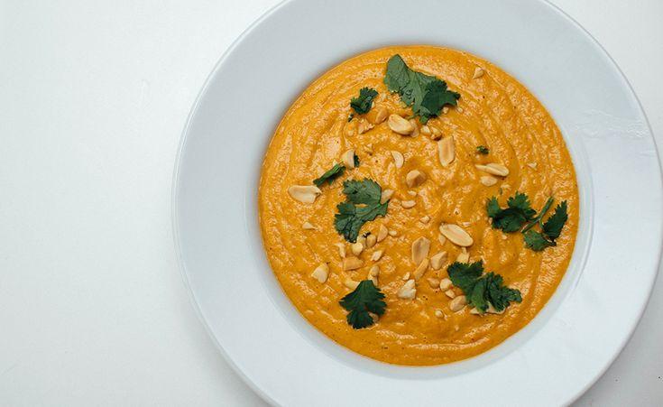 Fyldig og veldig mettende suppe med rød curry, kokosmelk, peanøtter og koriander. Sånne tykke supper, vet du. Nesten som å ha en sikkelig god saus til hovedrett. De suppene liker jeg! Her bruker jeg gulrøtter, men du kan like gjerne bruke søtpotet eller gresskar. Oppi så har vi masse gode smaker som sender assosiasjonene til …