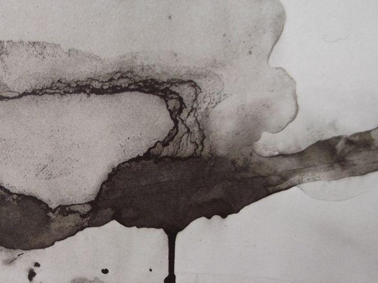 """Ce détail d'un dessin abstrait de Victor Hugo représente une larme de sang qui coule vers le bas, échappée d'un œil à la paupière baissée - Lié au poème """"À Aug. V."""" du recueil """"Les Contemplations"""" (""""En Marche"""") de ce même Victor Hugo."""