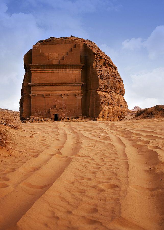 Qasr al-Farid, le tombeau solitaire taillé dans la roche au milieu du désert…                                                                                                                                                                                 More