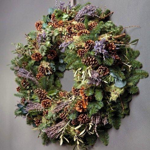 Яркий и ароматный новогодний венок с живыми еловыми ветками, сухоцветами лаванды и еловыми шишками! Можно повесить на дверь или использовать как украшение праздничного стола.