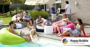 De Happy Bubble is een opblaasbare lounge zitzak die geschikt is voor binnen en buiten gebruik maar die ook blijft drijven in het zwembad. De zitzak wordt geleverd in een handige schoudertas, zodat u hem makkelijk mee kunt nemen naar het strand, zwembad of waar dan ook.