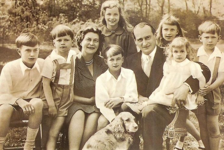 Prince Louis Ferdinand and Princess Kira of Prussia with their 7 children.  Behind:  Princess Marie Cecile (left) and Princess Kira.  In front, from left:  Prince Friedrich Wilhelm, Prince Christian-Sigismund, Kira, Prince Michael, Louis Ferdinand, Princess Xenia, and Prince Louis Ferdinand.