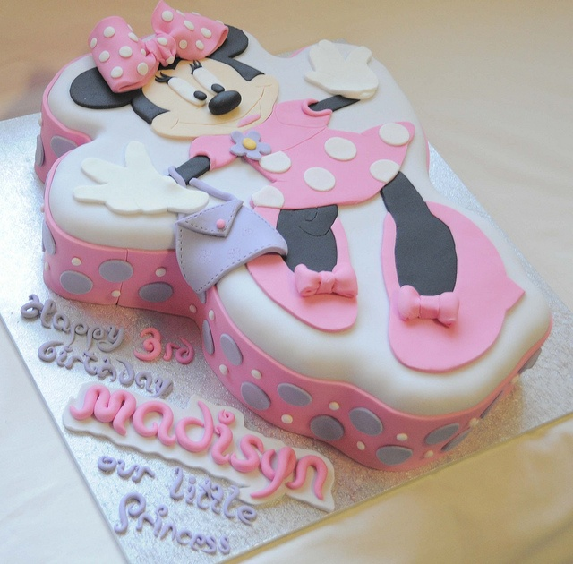 Minnie Mouse Cake... I like this cake. It is different with the fondant details on a flat pan cake :-)