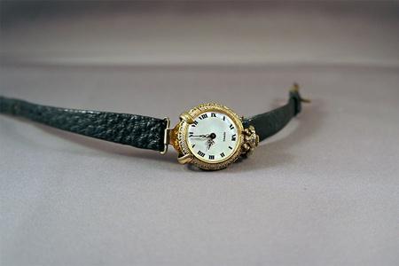 Terug in de tijd, goud zak horloge met horloge houder met lerenband.