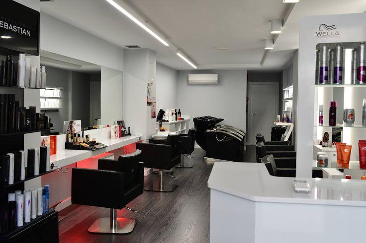 Vista del salon Monica Porres con los lavacabezas de masaje al fondo y los sillones kubik en primer plano mobiliario de peluqueria de ramos & Epi
