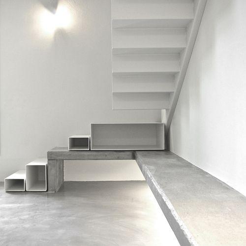 Embaixo da escada. Minimalista.