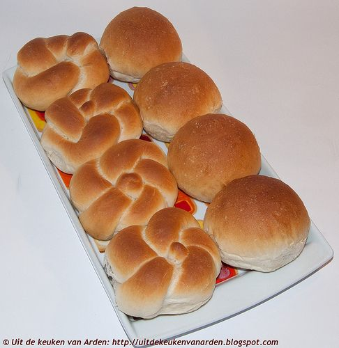 Zachte witte broodjes (4)  Recept printen  500 gram tarwebloem 7 gram droge gist 10 gram suiker 140 gram water, lauwwarm 115 gram karnemel...