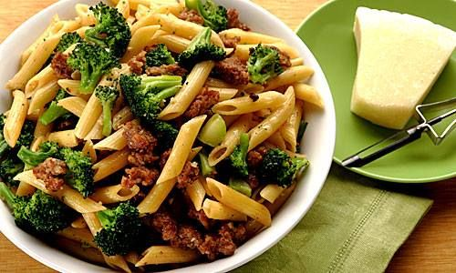 Pasta con Brócoli y Salchicha Italiana  1 brócoli hervido 2 cucharadas de aceite de oliva extra virgen 1 pizca de peperoncino 2 salchichas italiana 4 dientes de ajo finamente picados 1 paquete de penne 220 gramos de queso parmesano sal pimienta