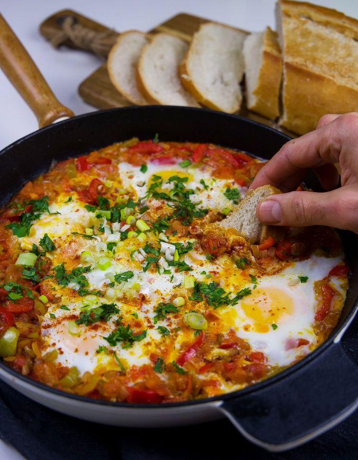 Menemen är en turkisk äggrätt som gärna serveras till frukost tillsammans med en kopp te och en bit bröd. Äggen vispas släta och sen hälls de ner i stekpannan med tomat- och paprikasåsen. Äggen ska vara lösa och krämiga i konsistensen. Jag gillar mina ägg hela, lite som chakchouka, så jag knäcker i dem och låter dem pocheras långsamt i såsen. Det blir underbart gott med en bit bröd bredvid. 2-3 portioner 1 gul lök 2 sivri (turkisk paprika) eller 1 grön paprika 1 röd paprika 1-2 st chili (om…