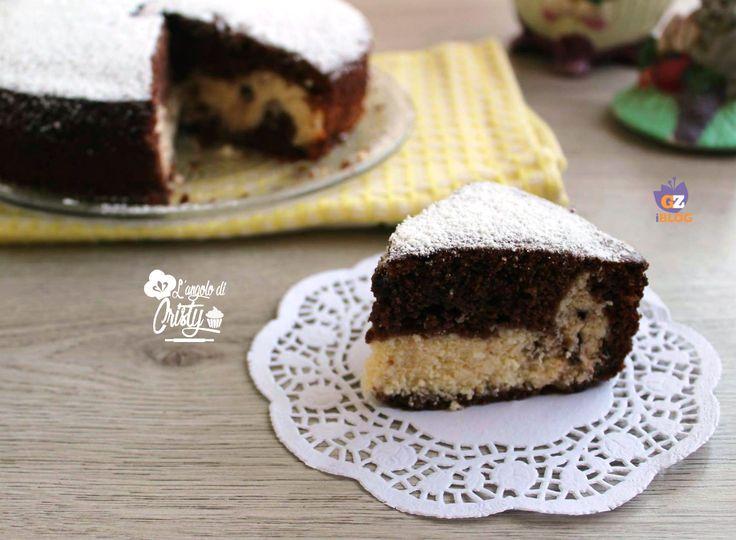 La torta versata al cacao ricotta e cocco è soffice e buonissima con un cuore alla ricotta e cocco cremoso e delizioso, perfetta da offire ai vostri ospiti.
