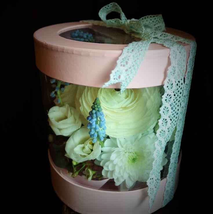 #flowers #spring #muscari #syringa #ranunculus #custom #floral #arrangements #madewithjoy #paulamoldovan #livadacuvisini #aranjament #flori  #floriincutie #cutiecuflori #flowersinabox #flowersbox #flowerbox #giftbox #gift