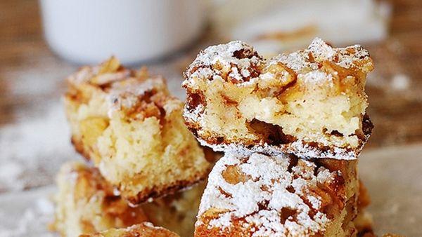 Το πιο εύκολο και λαχταριστό Κέικ Μήλου με Μέλι και Κανέλα- χωρίς μίξερ.    Υλικά    2 κούπες αλεύρι για όλες τις χρήσεις    2 κουταλάκια του γλυκού μπέικιν πάουντερ    1 κουταλάκι κανέλα    1 κουταλάκι σόδα    4 βανίλιες    ¼ κουταλιού του γλυκού αλάτι    50 γρ ζάχαρη    50