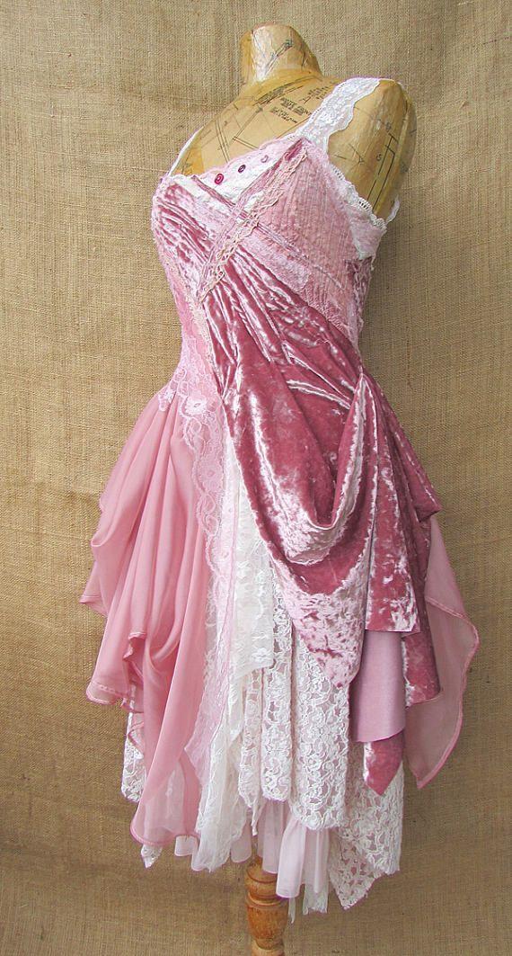 Ein einzigartiges Kleid aus einem Pannesamt Stoff, Chiffon und Spitze geschaffen. Der geschichtete Stoff wurde auf einem Vintage Schlupf gebaut. Das Oberteil hat Schichten von Stiche und Knopf Hand an der Spitze des Mieders. Er schließt mit Schnürung und Reißverschluss an der Rückseite. Schöne rosa Farbtöne aus Himbeerrosa durch zu einem gedämpften altrosa (fast weiß). Größe medium Büste - 35,5-37,5 Zoll Taille - 29,5-31,5 Zoll Hüfte - 37 Zoll Länge von der Taille bis zum Saum - 27 Zoll an…