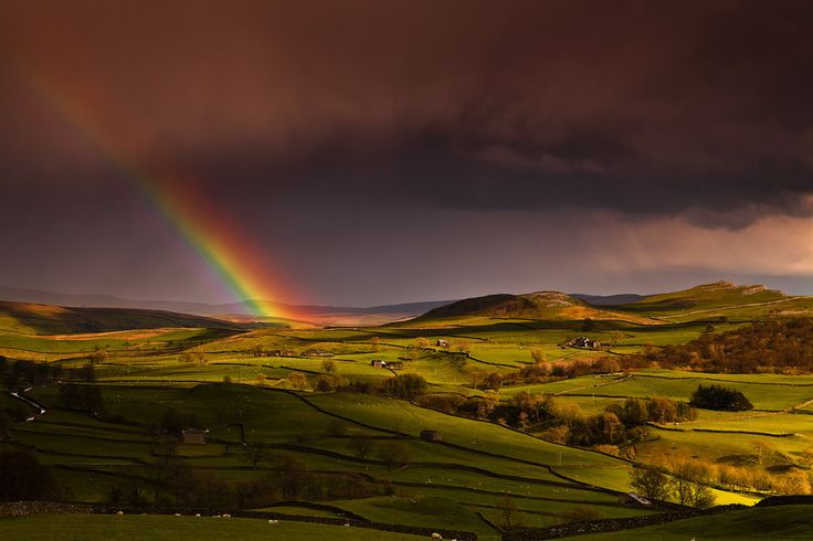 England, fields, hills, houses, sky, rainbow, spring vektor