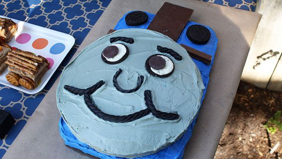 See how to make a Thomas birthday cake for your little engineer!