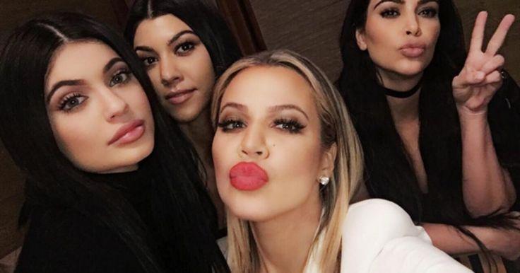 Lo querramos o no, la familia Kardashian ha llegado al mundo de la farándula para quedarse. Una familia un poco conflictiva pero que llama la atención ha dado tanto de que hablar que no paramos de escuchar sus nombres retumbar en internet, radio, revistas y televisión.