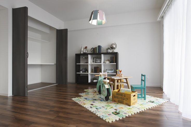 収納豊富な明るい洋室