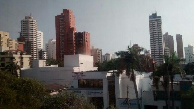Cielo gris en  Barranquilla. Amague de lluvia. Como dice la canción: amor de mi vida no te vayas pa' el colegio...