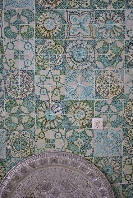 Голубой узор.  Марокканская плитка в интерьере: 55 колоритных примеров