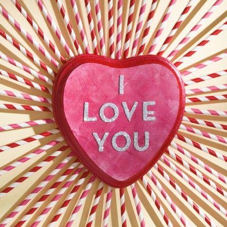 """Maak een leuke roze en rood hart krans die zegt: """"Ik hou van je!""""  Dit is een leuk en makkelijk valentijn ambacht, en je krijgt om papieren rietjes gebruiken!"""