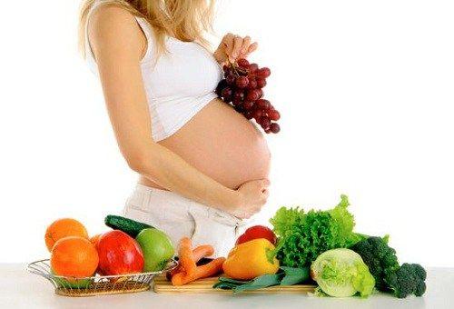 Nutrición y Gestación - Parte 2 -  Recomendaciones generales • Consumir una dieta variada y con alta densidad de nutrientes. Esta es la mejor garantía de equilibrio nutricional. • Repartir los alimentos en 5 comidas a lo largo del día (20% de las calorías en el desayuno, 10% media mañana, 30% comida, 10% merienda y 20% en la cena,...