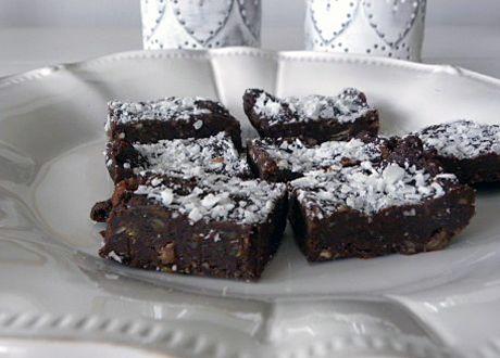 Rawfood är roligt, enkelt och det eftersom det faktum att det också är, förhållandevis, nyttigt gör att man kan njuta av sina verk med bättre samvete.  Som dessa goda raw kärleksmums till exempel, gjorda med raw kakao, sötade med dadlar och helt igenom ekologiska.  Dessutom klara på under tio minuter!