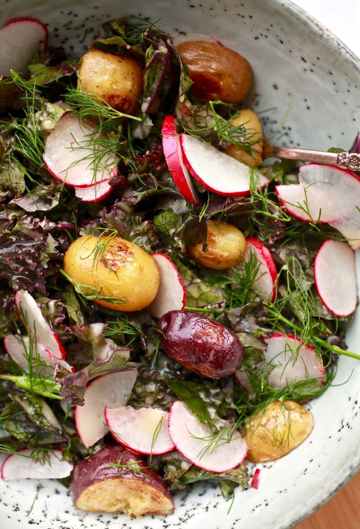 Salade de pommes de terre et de chou frisé rouge avec une vinaigrette dijonnaise au citron et à l'érable