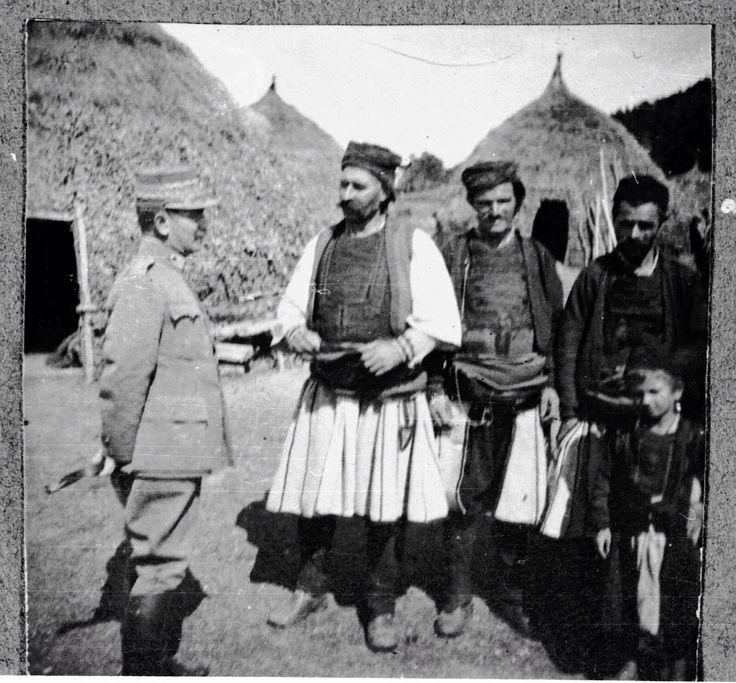 Ο στρατηγός της Απελευθέρωσης της Θράκης Κωνσταντίνος Μαζαράκης με τους Σαρακατσάνους της Ανατολικής Θράκης στο δικό τους οικείο νομαδικό πολιτιστικό περιβάλλον που χαρακτήρισε και καθόρισε το βίο και τη διαδρομή τους.