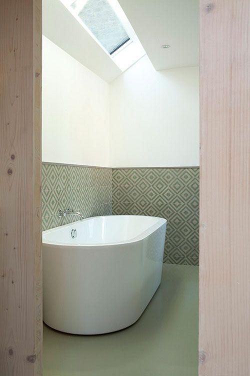 Strakke olijfgroene badkamer