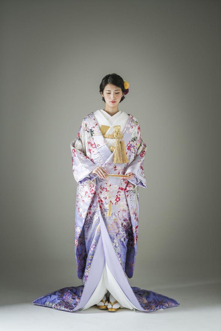 一見大人しそうに見える淡いラベンダーカラー。そこには桜や藤の花が美しく咲き誇り、晴れの日を待ちわびていたように鶴が優雅に舞います。おしとやかと芯の強さを持つ大和撫子のような一着です。 古典柄/きれい/大人っぽい 桜文/牡丹文/藤/丹頂鶴をあしらった色打掛 桜鶴 ピンク 白無垢・色打掛をはじめとした結婚式の花嫁衣装を、格安でレンタルできる結婚式着物レンタル専門店【THE KIMONO SHOP−ザ・キモノショップ】古典的な着物や引振袖・紋付袴など婚礼衣装を幅広く取り揃えております【新宿・東京・大阪・福岡】