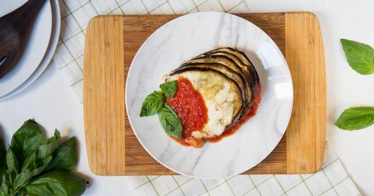 Berenjenas asadas con tomate, queso y albahaca