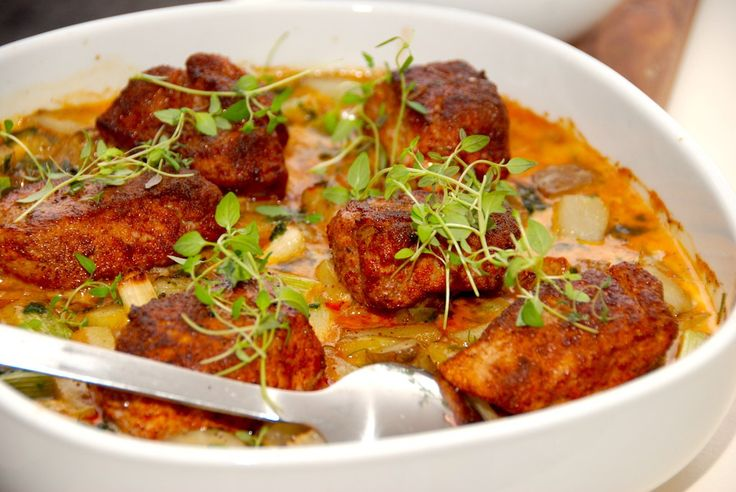 Lav et dejligt fad med mørbradbøffer i ovn, der tilberedes sammen med paprika, grønsager og en vidunderlig flødesovs. Altsammen i et fad. Til mørbradbøffer i ovn til 3-4 personer skal du bruge: 1 …