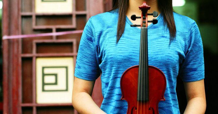 Como fazer um violino de papelão. A criação de uma versão artesanal de um violino de papelão é uma forma criativa de manifestar o seu interesse por música clássica. A utilização de uma caixa de transporte de papelão fornece uma base grossa e resistente. A adição de uma camada de papel machê também fornecerá uma textura consistente e formará uma superfície apropriada para receber a ...
