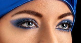 Maquillaje azul eléctrico