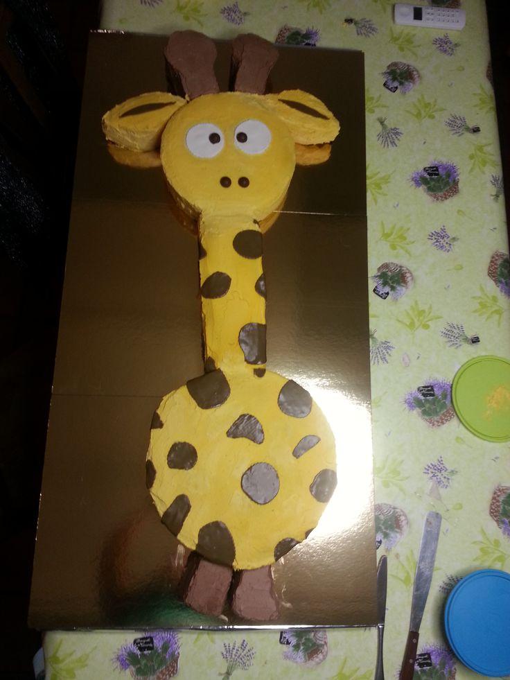 Giraffe spongecake for babyshower #babyborrel #itsaboy #giraffe #coloredwhippedcream #chocolatwhippedcream #sugarpaste #marzipan #spongecake #biscuit